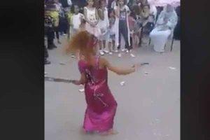 فيديو طفلة ترقص بالسلاح الابيض يشعل الفيس بوك