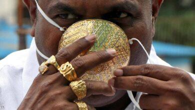 Photo of رجل أعمال يرتدي كمامة مصنوعة من الذهب للوقاية من فيروس كورونا
