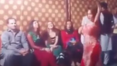 Photo of شاهد بالفيديو.. راقصة باكستانية تتعرض لضرب مبرح في حفل زفاف شعبي
