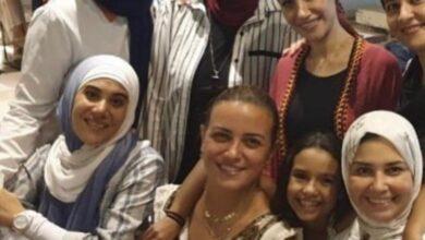 Photo of ريهام عبد الغفور تُشعل السوشال ميديا بصورها مع صديقتها المحجبات