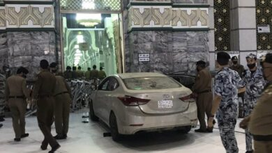 Photo of بالفيديو.. سيارة تقتحم ساحة الحرم المكي وتصطدم بإحدى البوبات