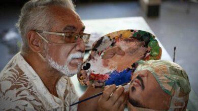 Photo of رسام يُبدع في رسم الوجوه على الكمامات (صور)