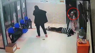 Photo of مشهد إنساني.. طبيب فلسطيني يُنقذ حياة طفلة أمام والديها (فيديو)