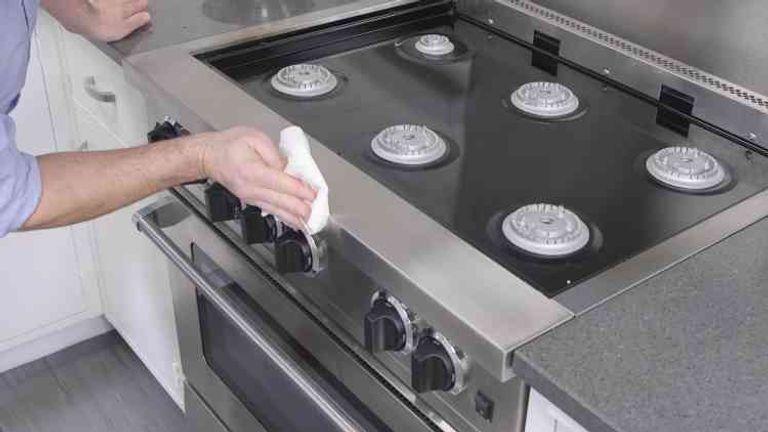 تنظيف الدهون في المطبخ